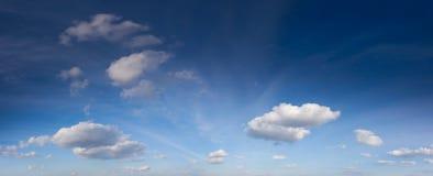 Nuvens brancas no céu azul fantástico imagens de stock