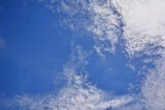 Nuvens brancas no céu bonito da tarde Fotos de Stock Royalty Free