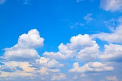 Nuvens brancas no fundo 171019 0197 do céu azul Foto de Stock