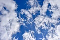 Nuvens brancas que cobrem quase o céu azul imagem de stock