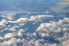 nuvens brancas que flutuam acima das montanhas Fotos de Stock