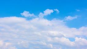 Nuvens brancas que movem-se através do céu azul - timelapse vídeos de arquivo