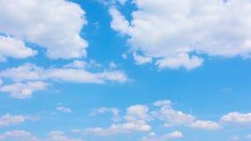 Nuvens brancas que movem-se através do céu azul - timelapse video estoque