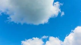 Nuvens brancas que movem-se através do céu azul do verão - timelapse filme