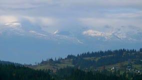 Nuvens brancas que movem-se rapidamente sobre as montanhas filme