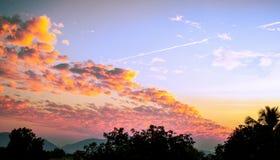Nuvens brilhantes que olham grandes com bom tom da cor fotos de stock royalty free