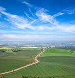 Nuvens, céu azul e prados verdes foto de stock royalty free