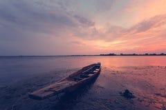Nuvens céu e barco no por do sol Imagens de Stock