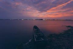 Nuvens céu e barco no por do sol Imagem de Stock Royalty Free
