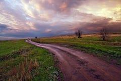 Nuvens, céu, estrada às nuvens Vila de Kurdyum, região de Saratov Rússia fotos de stock