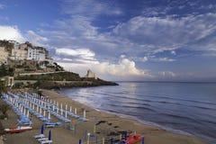 Nuvens céu, praia, mar e cidade de Sperlonga, Lazio Italy imagem de stock royalty free