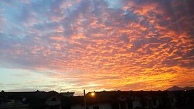 Nuvens carmesins no nascer do sol/fulgor da manhã Fotos de Stock