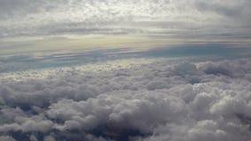 Nuvens celestiais bonitas que passam acima abaixo, paraíso da eternidade vídeos de arquivo