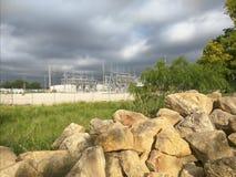 Nuvens, central elétrica, rochas Foto de Stock Royalty Free