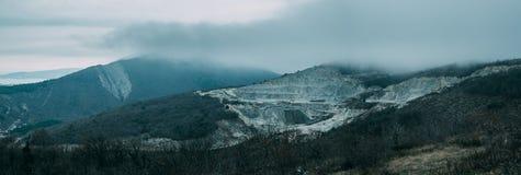 Nuvens chuvosas acima do cume da montanha Imagens de Stock Royalty Free