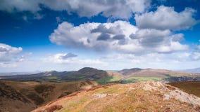 Nuvens chuvosas da mola sobre o Upland britânico filme