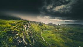 Nuvens chuvosas dramáticas sobre montanhas escocesas na ilha do céu fotografia de stock royalty free