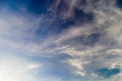 Nuvens cinzentas e pretas da sensação escura do tempo de tempestade imagem de stock