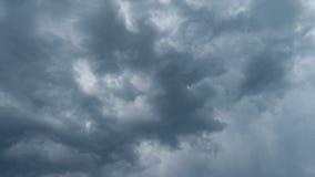 Nuvens cinzentas e timelapse tormentoso pesado do céu vídeos de arquivo