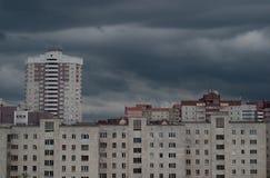 Nuvens cinzentas sobre a paisagem urbana imagens de stock royalty free