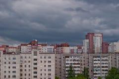 Nuvens cinzentas sobre a paisagem urbana foto de stock royalty free