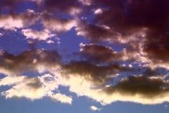 Nuvens claras brilhantes bonitas para usar-se no projeto como o fundo foto de stock