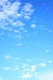 Nuvens claras no céu fotografia de stock