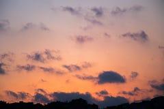nuvens coloridas e claras no céu Foto de Stock