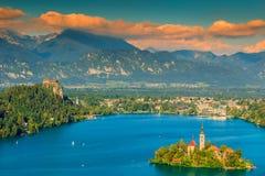 Nuvens coloridas e panorama sangrado do lago, Eslovênia, Europa Fotos de Stock Royalty Free