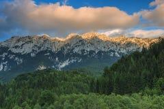 Nuvens coloridas e por do sol nas montanhas, montanhas de Piatra Craiului, Carpathians, Romênia Imagens de Stock