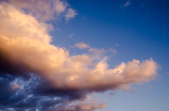 Nuvens coloridas no por do sol Imagens de Stock