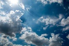 Nuvens com céu azul e luz solar Fotografia de Stock Royalty Free
