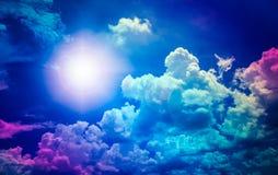 Nuvens com céu azul e sol do verão Imagem de Stock