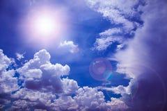 Nuvens com céu azul e sol do verão Fotografia de Stock Royalty Free