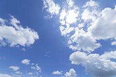 Nuvens com fundo do céu azul Fotos de Stock Royalty Free
