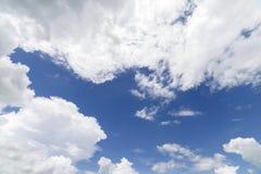 Nuvens com fundo do céu azul Fotos de Stock