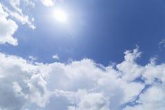 Nuvens com fundo do céu azul Fotografia de Stock