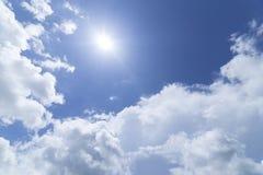 Nuvens com fundo do céu azul Imagens de Stock