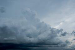 Nuvens com fundo, luz solar através do fundo muito escuro de nuvens de tempestade escuras, fundo preto das nuvens do céu de nuven Imagem de Stock