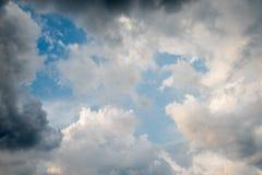 Nuvens com fundo, luz solar através do fundo muito escuro de nuvens de tempestade escuras, fundo preto das nuvens do céu de nuven Imagens de Stock Royalty Free