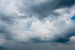 Nuvens com fundo, luz solar através do fundo muito escuro de nuvens de tempestade escuras, fundo preto das nuvens do céu de nuven Imagens de Stock