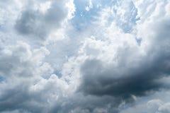 Nuvens com fundo, luz solar através do fundo muito escuro das nuvens da nuvem de tempestade escura Imagens de Stock Royalty Free