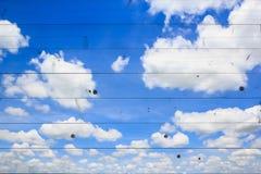 Nuvens com o céu azul na textura de madeira Imagem de Stock