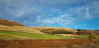 Nuvens com o céu azul nas terras secas fotos de stock