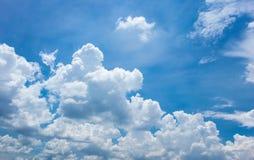 Nuvens com o céu azul no dia de verão Imagens de Stock