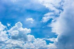 Nuvens com o céu azul no dia de verão Imagens de Stock Royalty Free