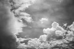 Nuvens com o céu azul no dia de verão Foto de Stock