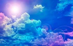 Nuvens com o céu azul no sol do verão Imagem de Stock Royalty Free