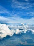 Nuvens com uma possibilidade da terra foto de stock