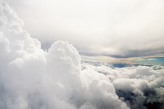Nuvens como a janela completamente vista de um avião Imagens de Stock